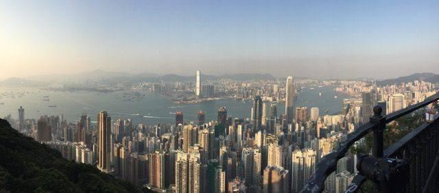 可乘坐巴士或纜車到山頂起步。在The Look餐廳旁有山徑的入口,其實也非常多人行,隨便問問也有途人可以指引你入口的方向。一邊行一邊可以欣賞香港的美景!