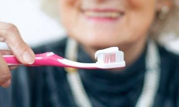 半數長者亂洗假牙托 感染真菌口腔病高危