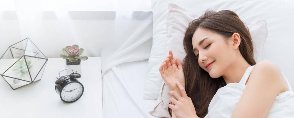一般身高約5呎6吋(1.65米)的人士,建議採用2.5吋高度(仰睡後的高度)的枕頭。至於偏好側睡的人士,使用的枕頭應在指標上加半吋。