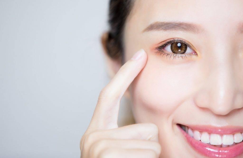 用棉花棒沾一些凡士林,清理眼部化妝。