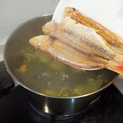 煲水時先放薯仔。