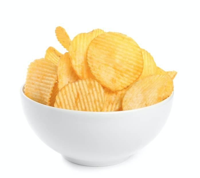 把薯片放到微波爐加熱一下子,紙巾就會把濕氣全部吸收,還給薯片脆脆的口感。
