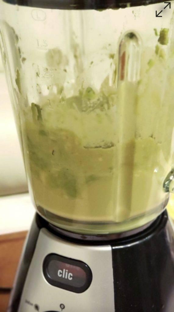 把餘下的香蕉及牛油果肉放入攪拌機中, 再加入椰糖 、青檸汁及椰漿拌勻。