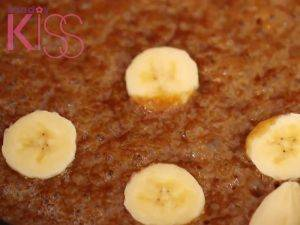 香蕉切片後放進焦糖中煮約2-3分鐘。