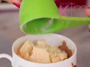 倒入黃糖、麵粉、可可粉和鹽於杯中,然後拌勻。