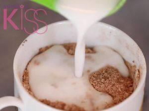 加入椰奶和椰子油。