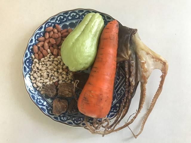 紅蘿蔔合掌瓜章魚豬骨湯