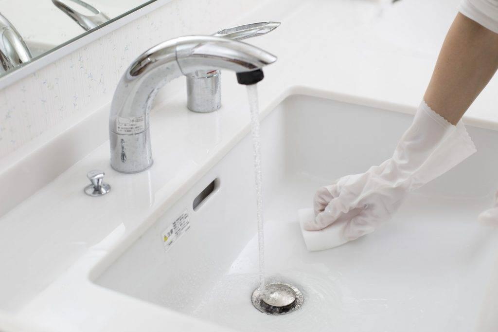 洗手盆非常容易積牙膏、臉部油脂等,引致滑潺潺。