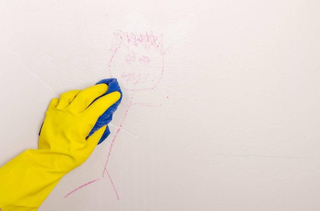 對於小朋友在牆面留低的蠟筆塗鴉,用乾淨抹布沾上面霜輕輕抹便可。