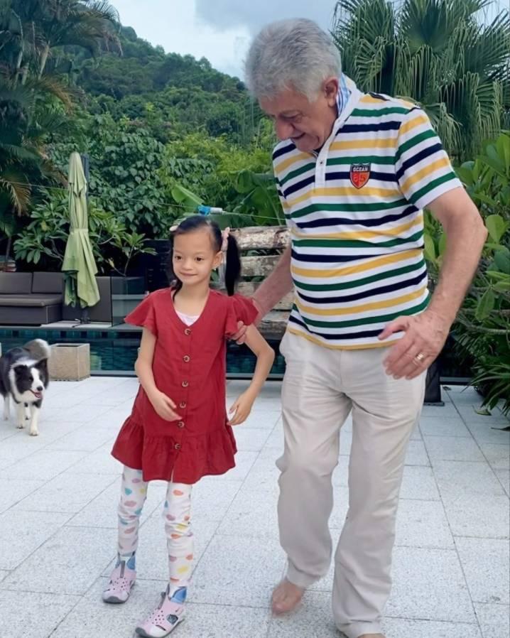Isabella由爺爺扶著前行,慢步向前,臉上展露露微笑。(圖片來源:鍾麗淇)