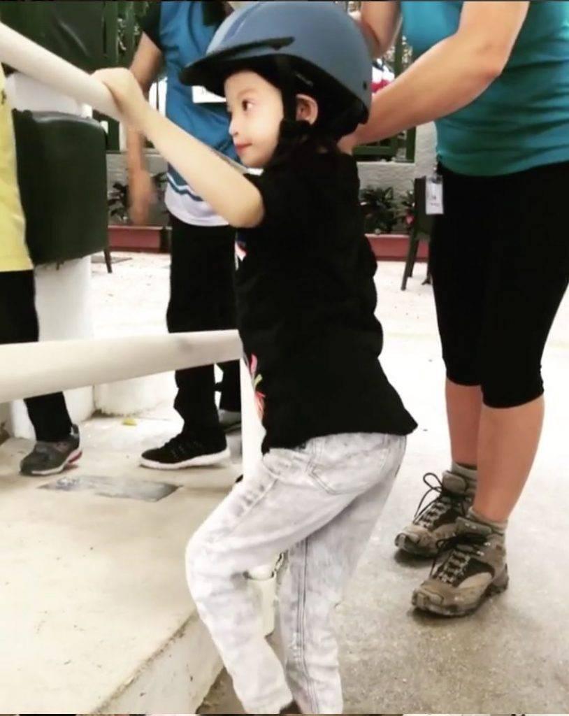 前鍾麗淇還帶女兒到馬術學校,讓囡囡嘗試騎馬的滋味(圖片來源:鍾麗淇)