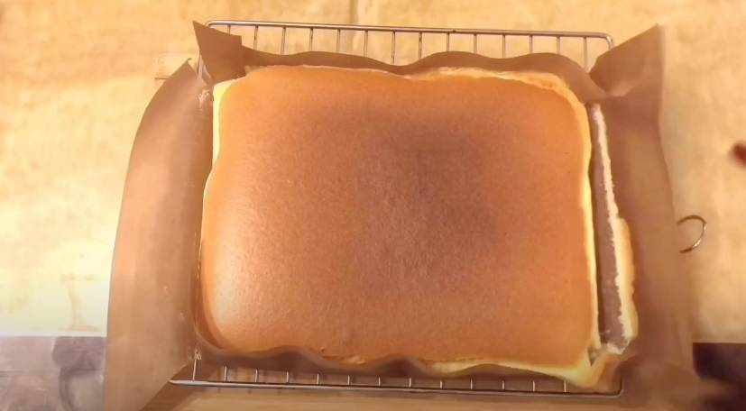 將牛油紙拉低,令蛋糕快速散熱(謝芷倫YouTube影片截圖)