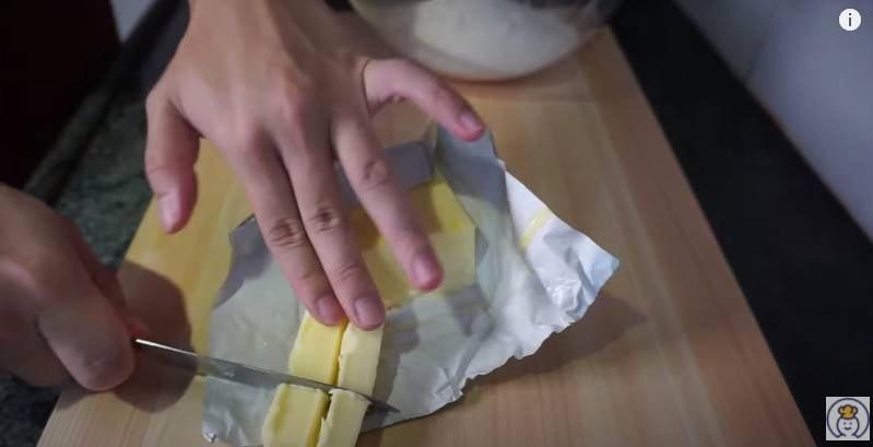 將麵粉、糖、鹽、切粒牛油攪拌均勻(Youtuber頻道「食勻全世界」影片截圖)