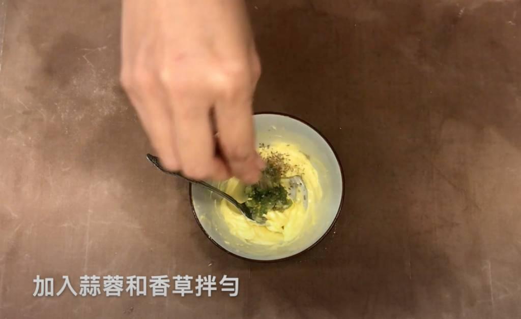 蒜蓉牛油醬(YouTube頻道「My Hiddenkitchen」影片截圖)