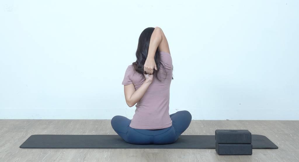 若上肩太緊,可用瑜伽繩輔助。