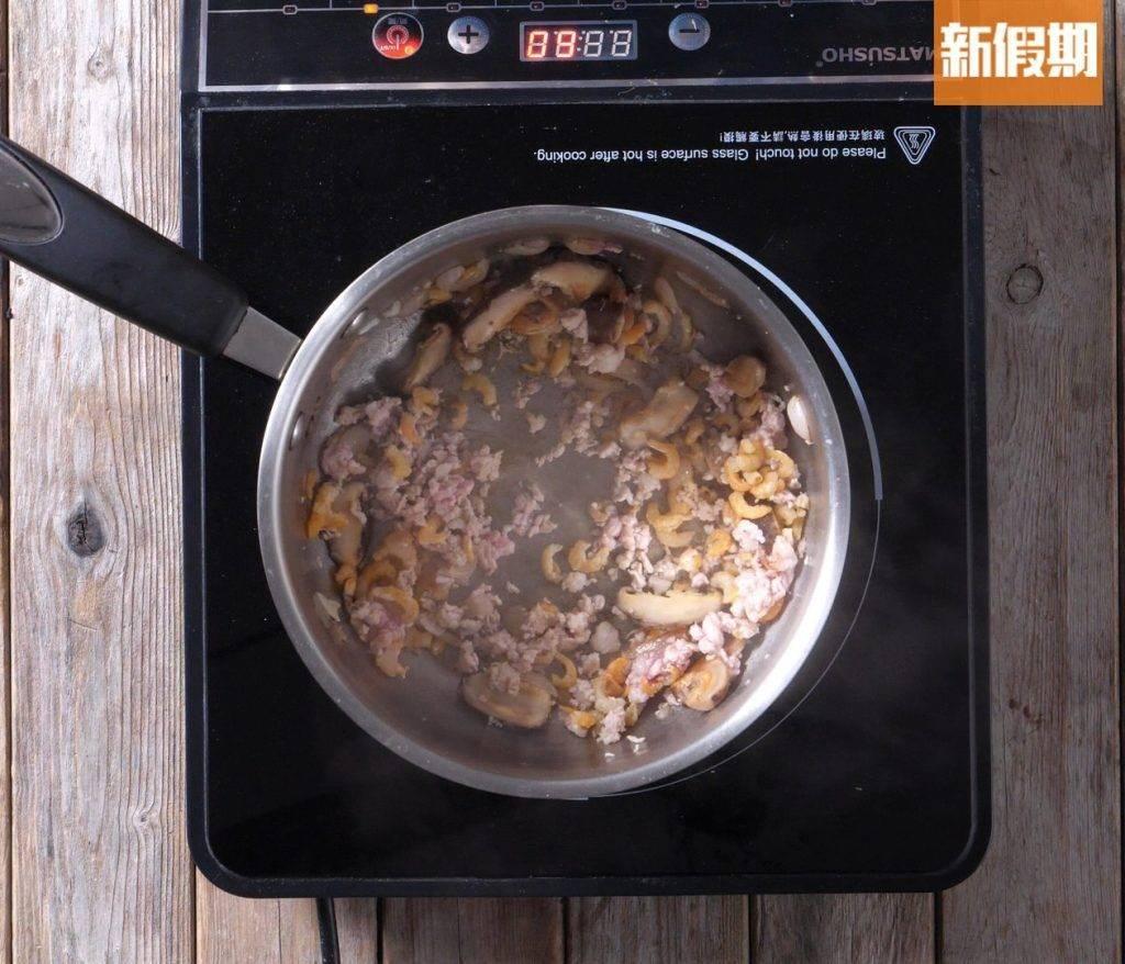 乾葱、蝦米、冬菇及免治豬肉炒香,加水、鹽及糖煮滾。