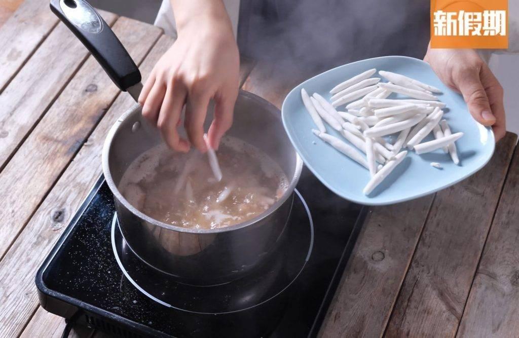 逐少加入狗仔粉(不然會黏在一起), 加蓋以細火煮10至15分鐘,熄火後再焗30分鐘。