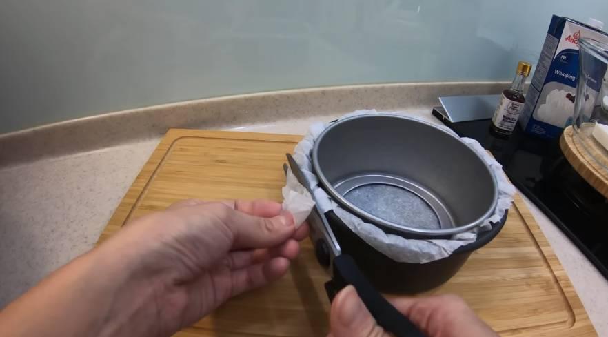 用小蛋糕模壓在六吋分離式蛋糕模鋪上,剪掉突出來的烘焙紙