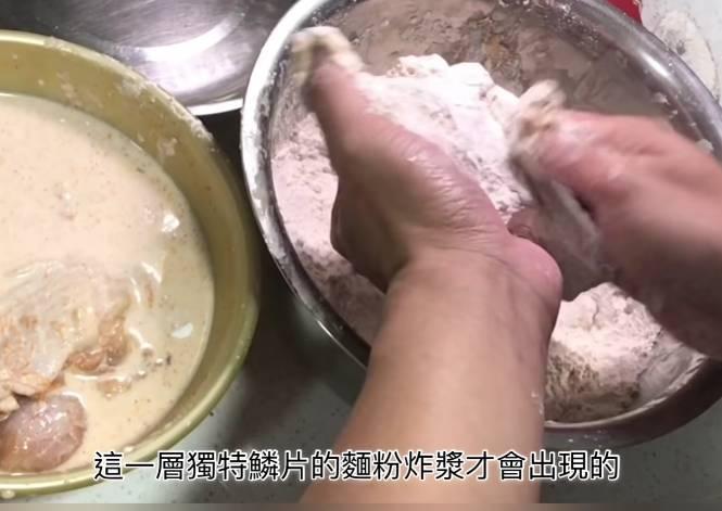 第二、三次要用手上粉,用雙手輕輕按壓雞件表面,雞件表面就會出現鱗片炸漿。