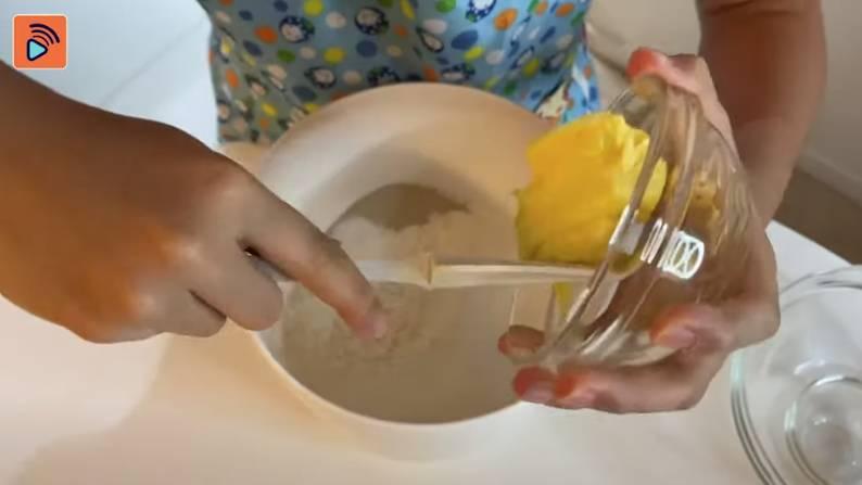 最後整包底,將筋粉、蛋、發粉、鹽、糖、牛油攪勻