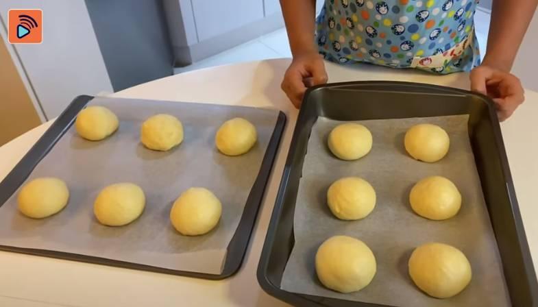 小麵糰放在牛油紙上,用濕布遮掩,在室溫等待一小時,進行第二次發酵