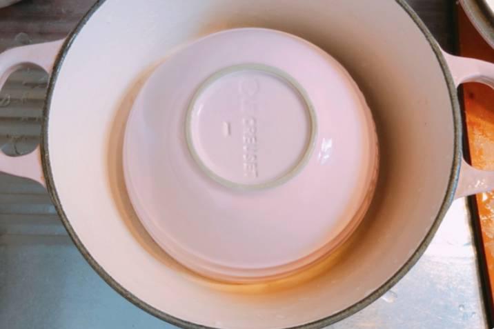 將碗反轉放在鍋中間。