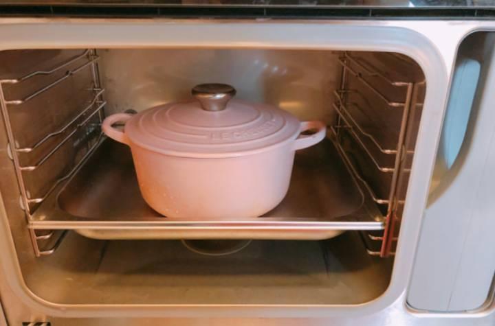 放入蒸爐或者隔水蒸燉3小時。
