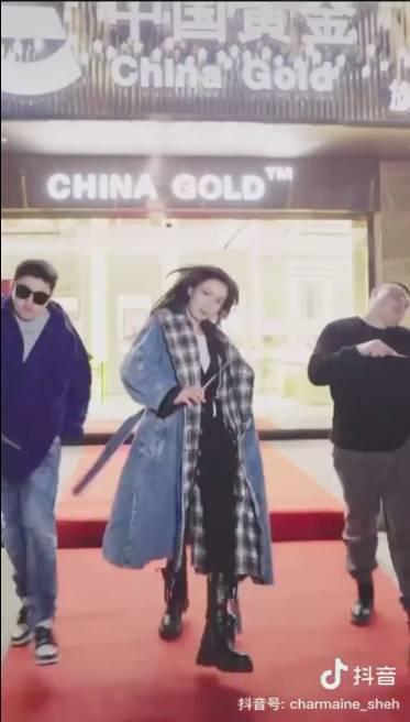 後再加插一條換了長褸在寫上「中國黃金」的店舖前大步走,寸嘴樣當然keep住。