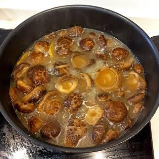 中小火倒入少量油先炒炒冬菇,再倒入兩碗水後關蓋煮40分鐘。