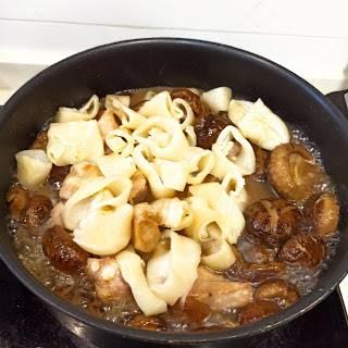 開蓋後倒入花膠排骨再關蓋煮25分鐘。