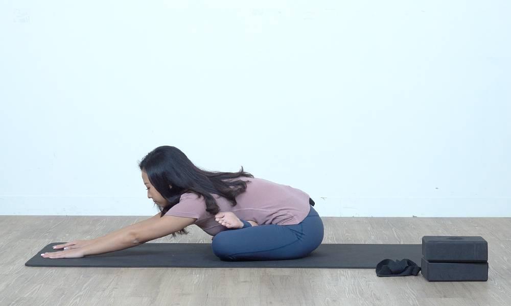 記得盡量不要拗腰,將尾骨拉低,可感覺臀部有拉扯。