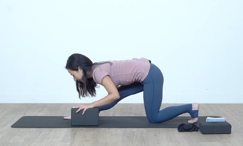 背脊記得保持挺直,感覺腿後肌肉拉伸。