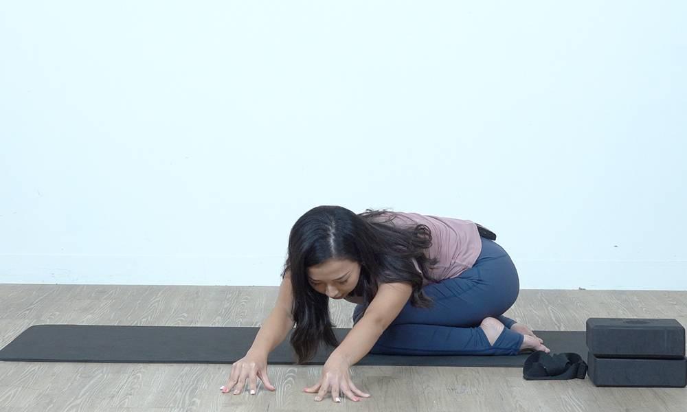 這是瑜伽動作中嬰孩式的變式,過程會感覺到脊椎拉長,手臂及腰側伸展。