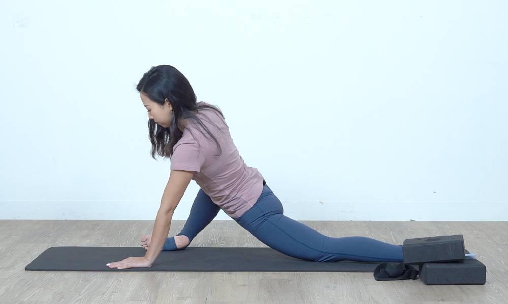 盆骨位置保持向前,腿部有拉扯的感覺。