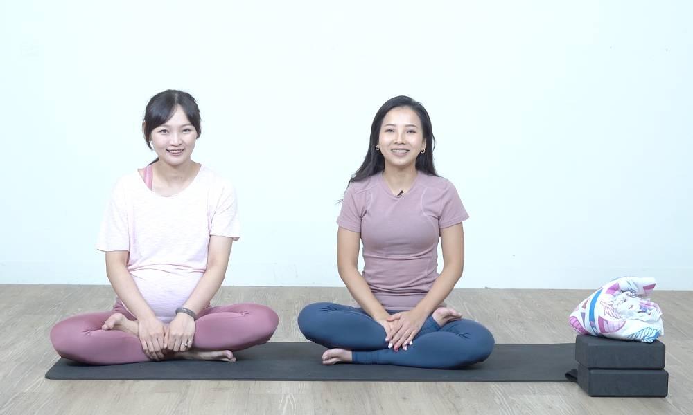 瑜伽導師 Andie(右);孕婦學員 Mandy(左)