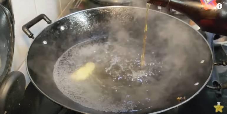 煲滾水,落薑、紹酒。
