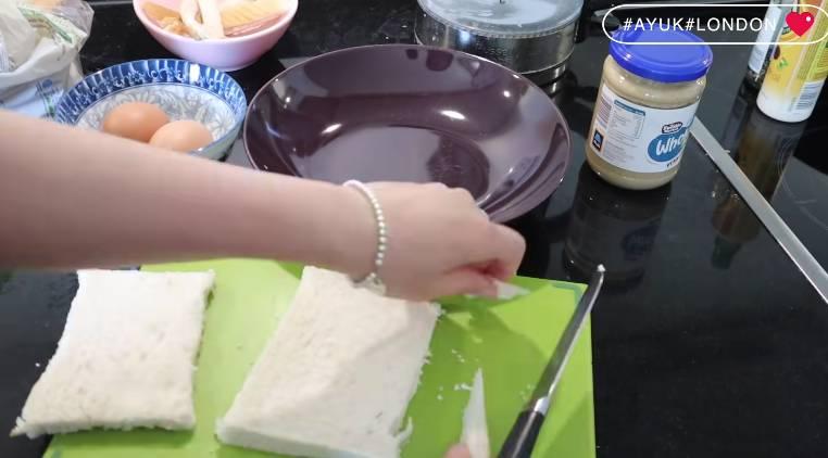 切去麵包皮。