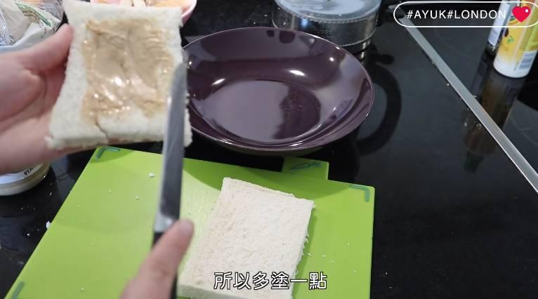 塗花生醬,將兩塊麵包合拼。