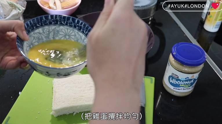 把雞蛋攪拌均勻,倒在碟上。