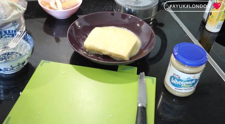 將麵包均勻地浸在蛋漿上,四邊都要浸,浸泡一、兩分鐘,就可以完全吸受蛋漿。