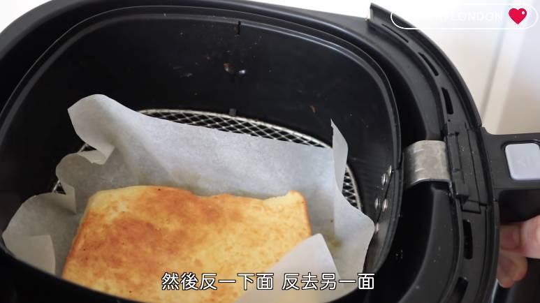 麵包翻另一邊,氣炸180度,五分鐘,即成。