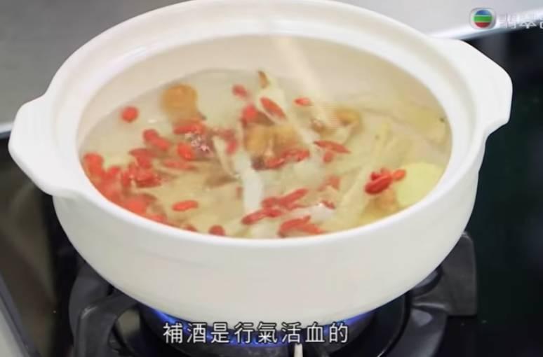 將杞子、圓肉、玉竹、薑倒在沸水中,煲到玉竹變透明、圓肉發大。