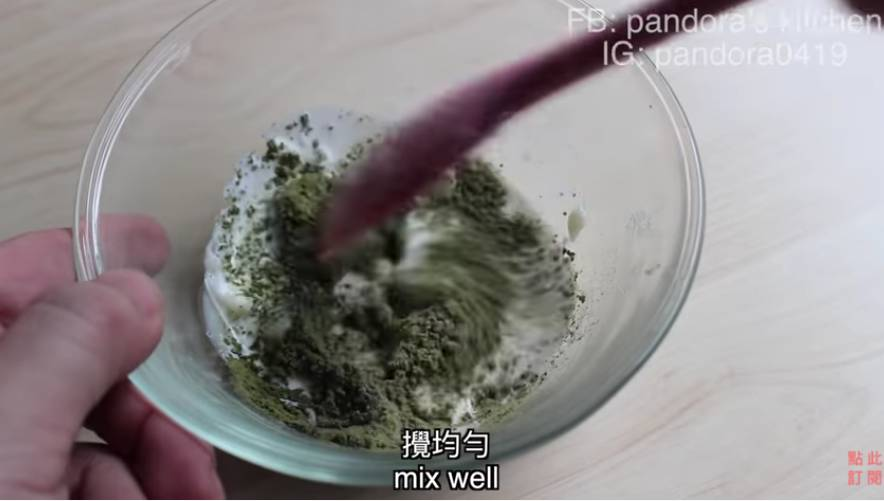 一半加到抺茶糊中攪拌均勻,一半加到剛剛的原味乳酪中攪拌均勻