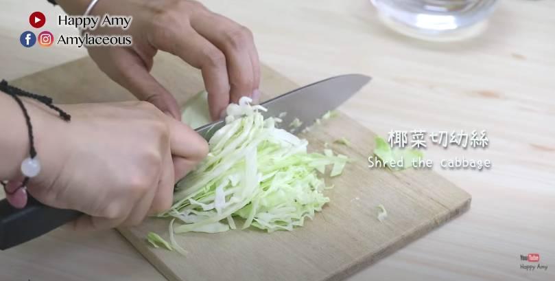 將椰菜切成幼絲,放入水清洗與瀝乾,備用。
