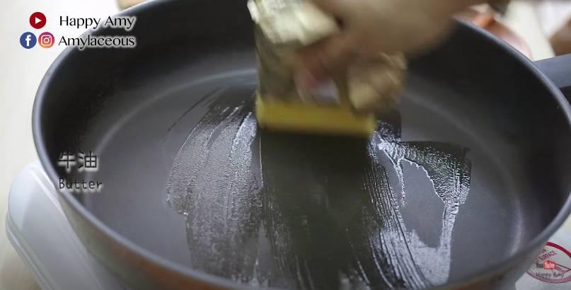 開中小火,再三搽一層牛油。