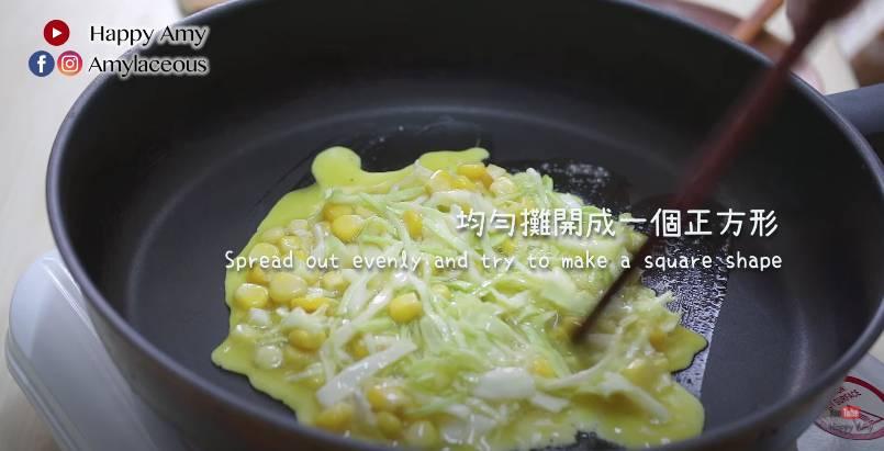 將蛋混合物倒在煎pan,均勻攤開成一個正方形,煎一至兩分鐘。