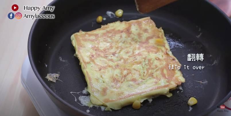 翻轉,煎一分鐘,蛋餅備用。