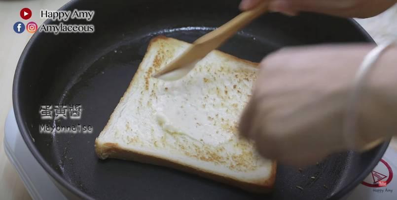 在方包上面搽一層蛋黃醬/果醬,方包備用。