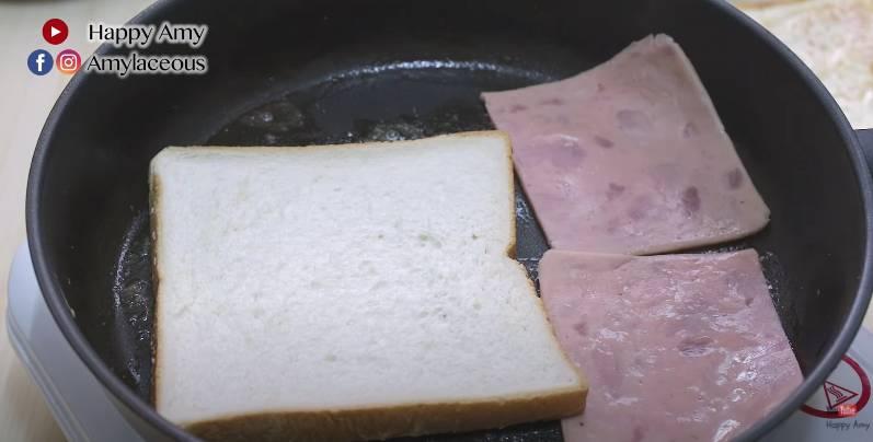 放上火腿,每邊煎一至兩分鐘,火腿備用。
