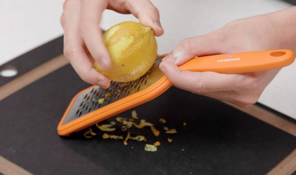 用刨絲器刨取檸檬皮。